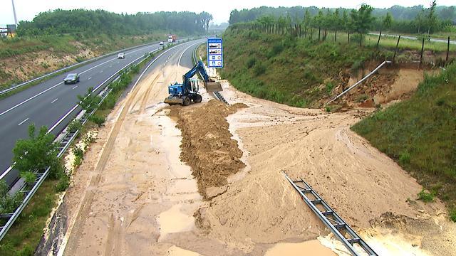 A74 bij Venlo gedeeltelijk dicht door noodweer van woensdag