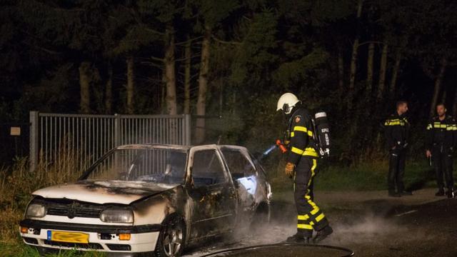 Politie doet onderzoek naar uitgebrande auto aan Beatrixweg