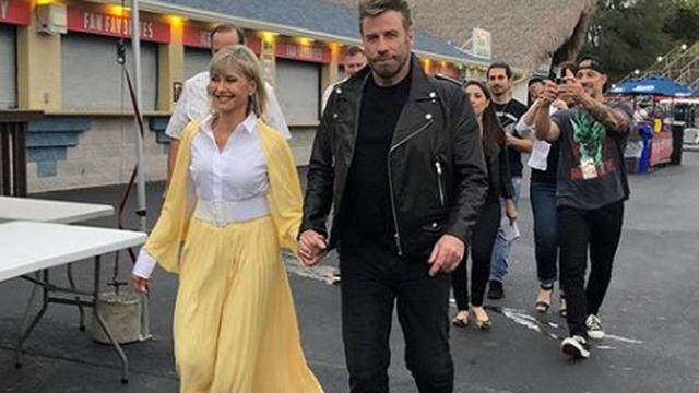 Hoofdrolspelers Grease hullen zich voor meezingavond in outfits uit film