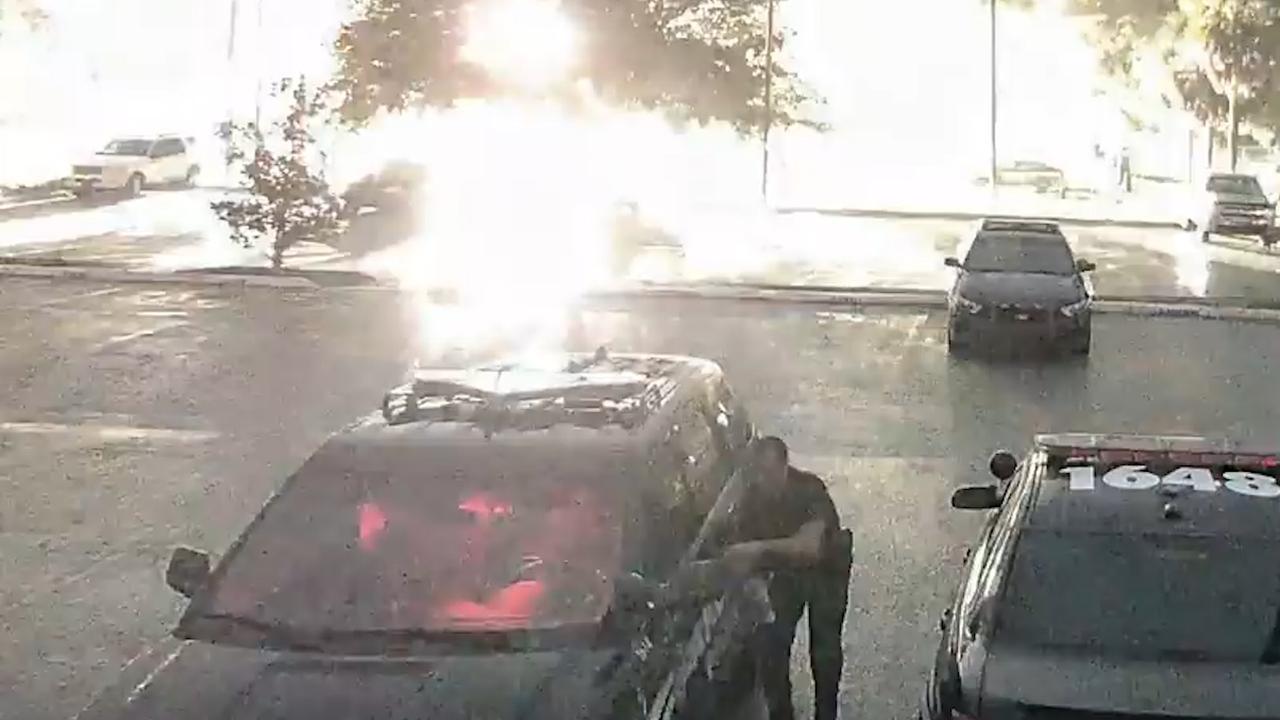 Bewakingscamera filmt blikseminslag nabij agent in Florida