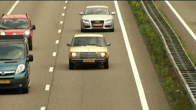 Vrachtwagen rijdt door vangrail A58 richting Eindhoven