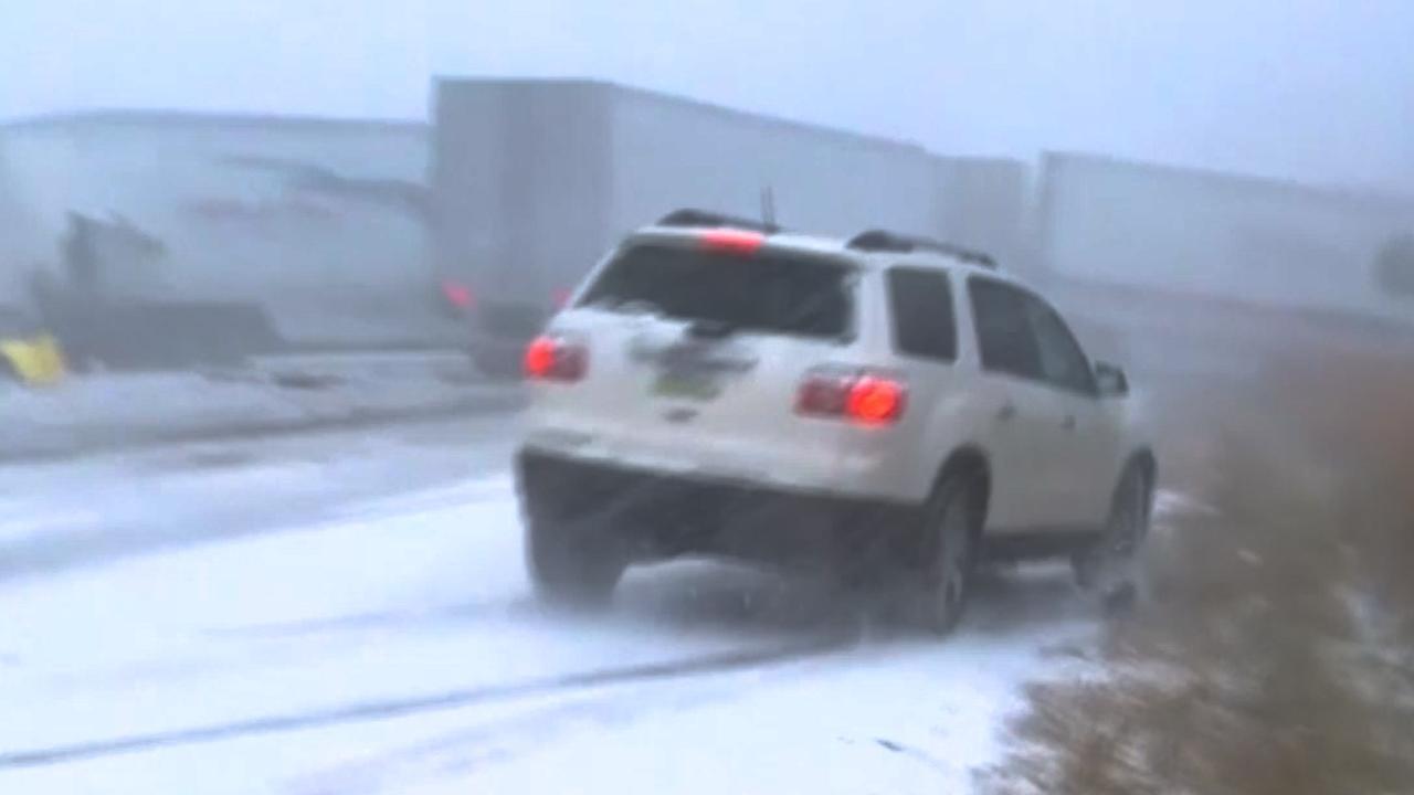 Auto's en vrachtwagens crashen op besneeuwde snelweg in VS