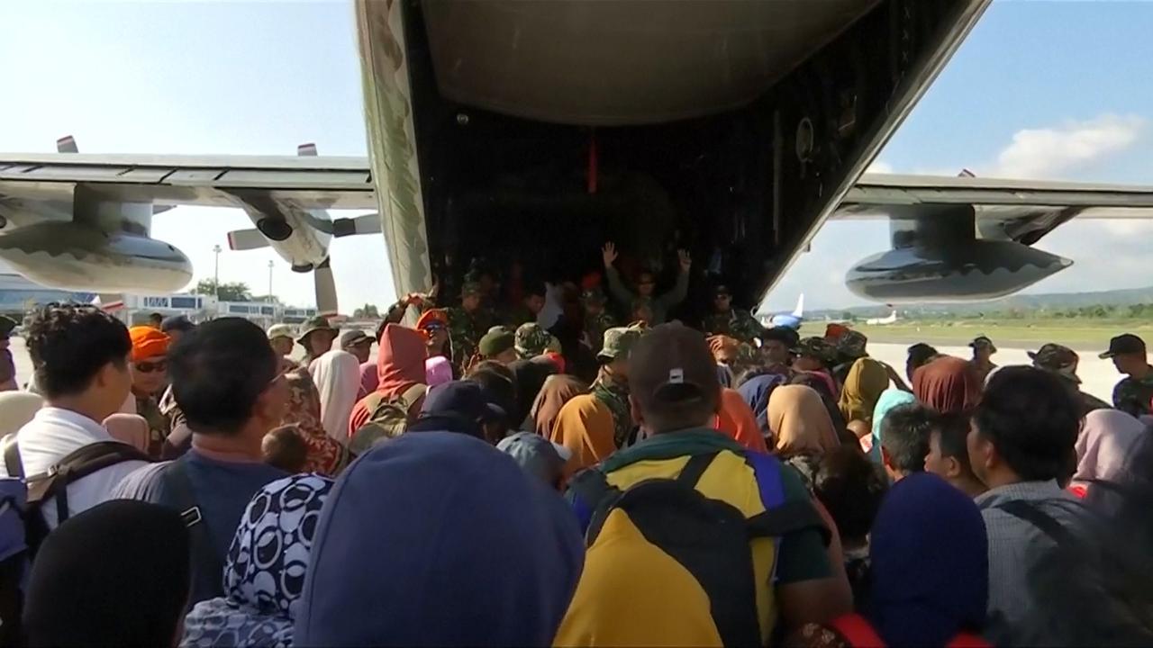 Vliegtuigen evacueren honderden mensen van Sulawesi