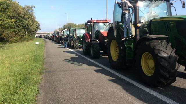 Honderden boeren rijden rondje over ring Groningen