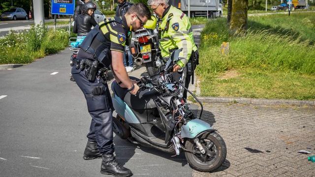 Scooterrijder gewond na botsing met bakwagen op de Rijndijk