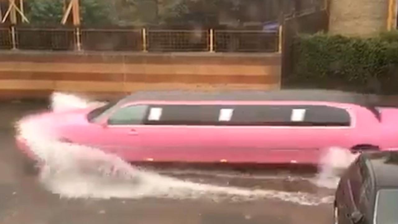Straten lopen onder door hevige regenval in Nederland