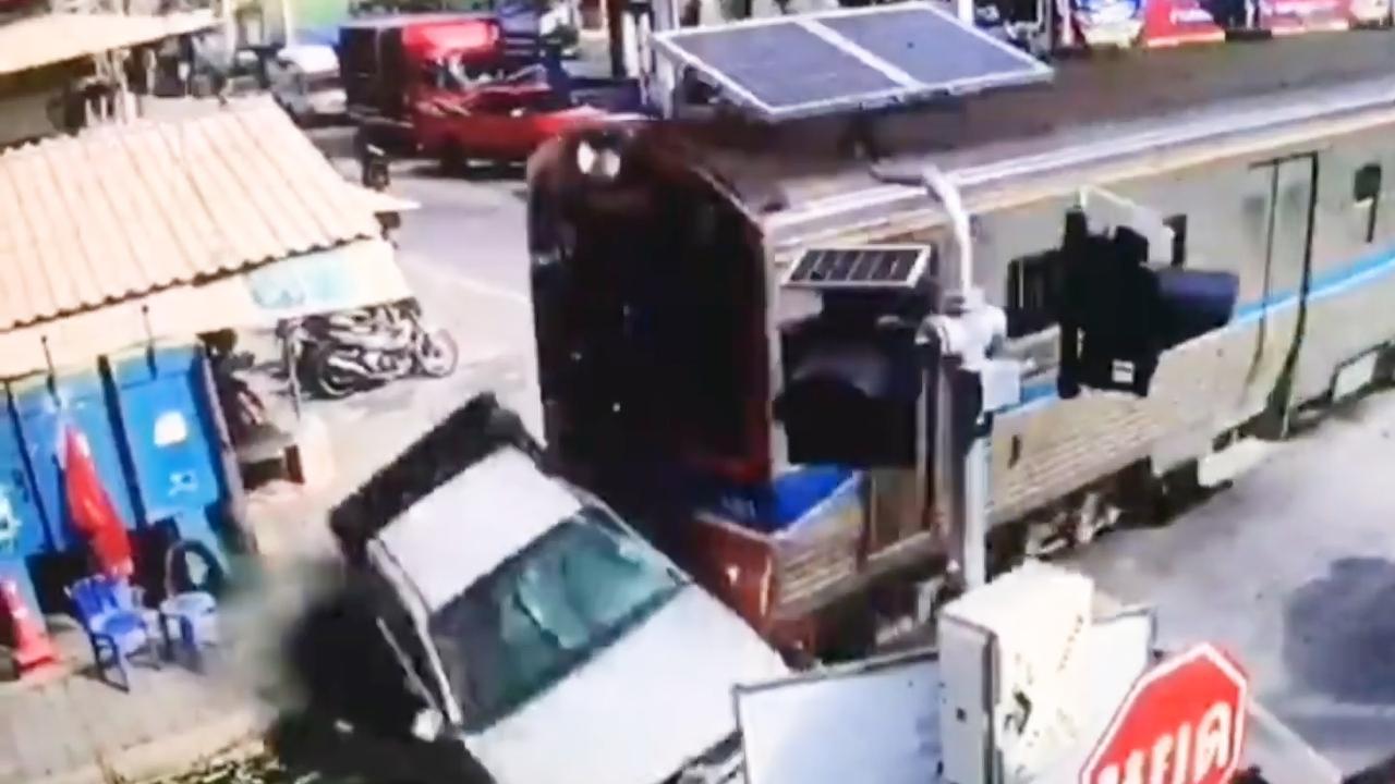 Trein rijdt haastige automobilist aan in Thailand