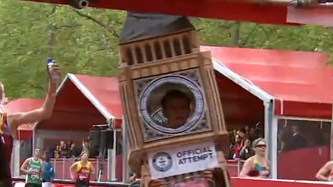 Verklede marathonloper blijft hangen voor finish