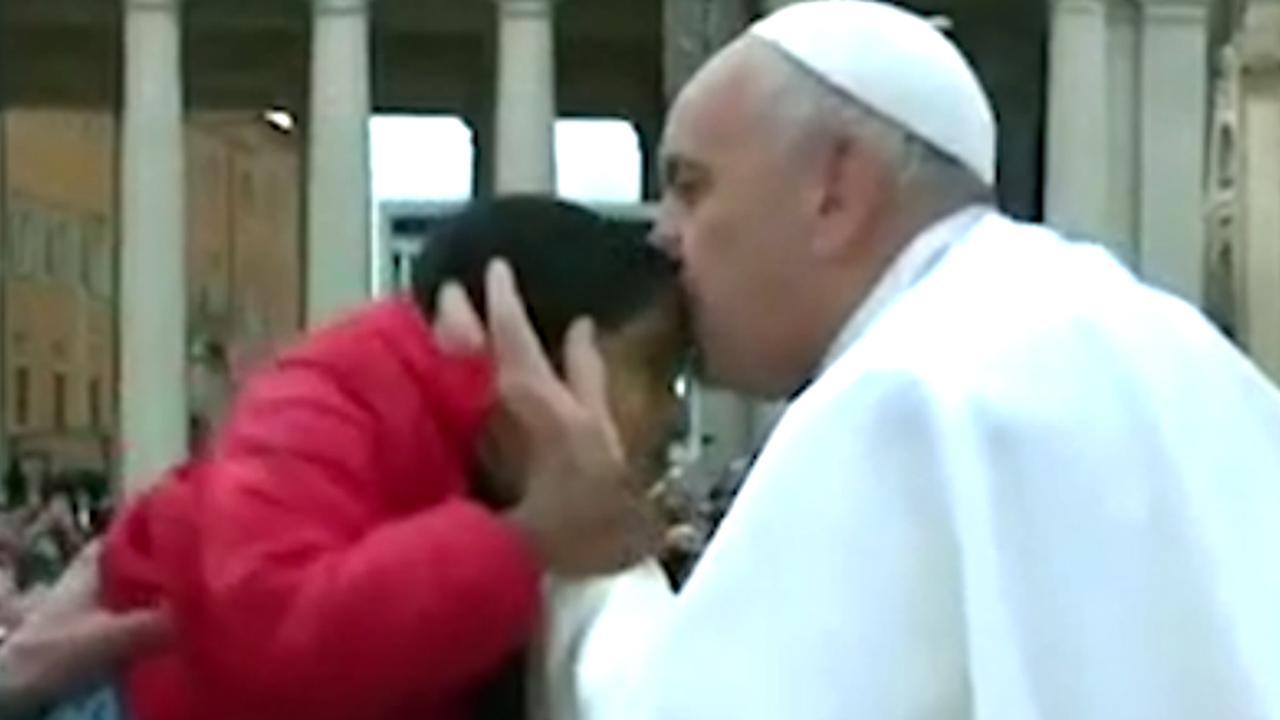 Paus rijdt met gevluchte kinderen naar toespraak in Vaticaanstad