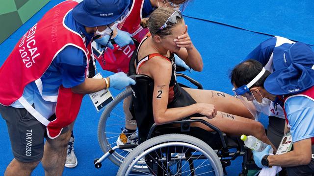 Rachel Klamer moet met een rolstoel van het parcours worden afgevoerd.