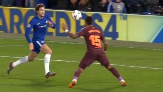 Paulinho kopt net naast na voorzet van Messi