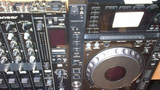 Tonnen aan gestolen dj-apparatuur gevonden in Amsterdamse woning