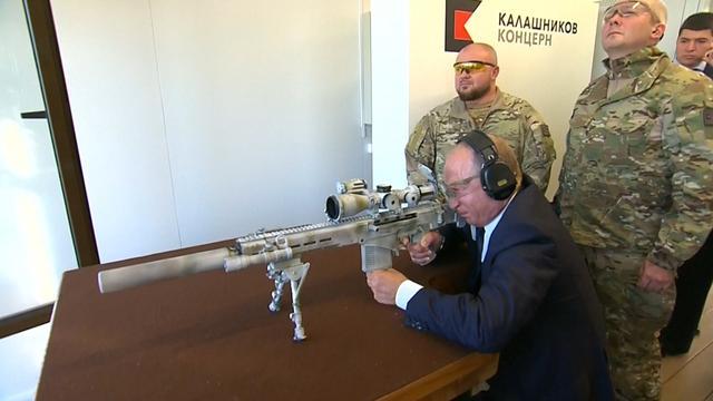 Poetin test scherpschuttersgeweer op schietbaan