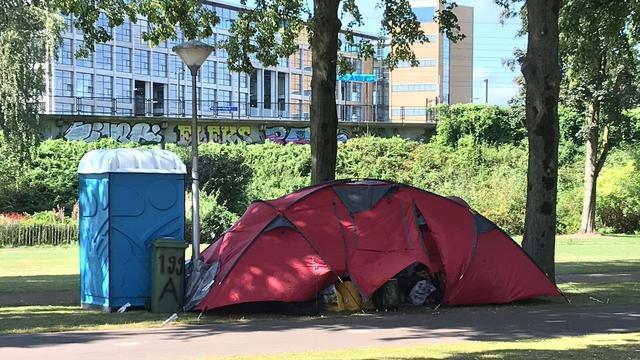 Omwonenden helpen dakloze vrouw op de Groenewoudseweg