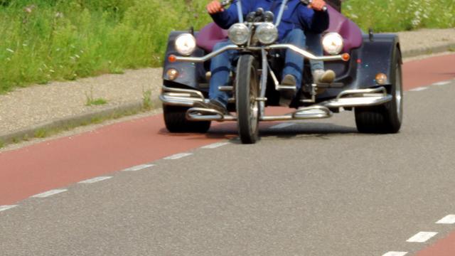 Trike slaat op A17 tegen de vangrails