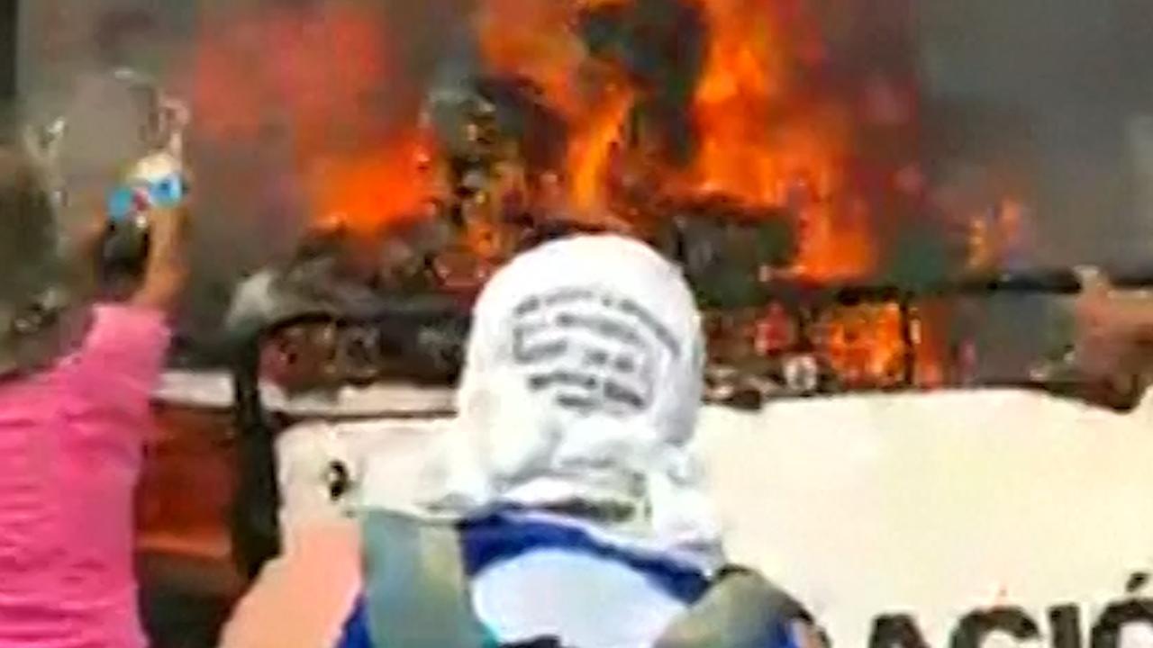 Mensen redden hulpgoederen van brandende truck bij Venezuela