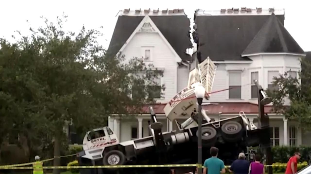 Hijskraan splijt dak van Amerikaanse woning in tweeën