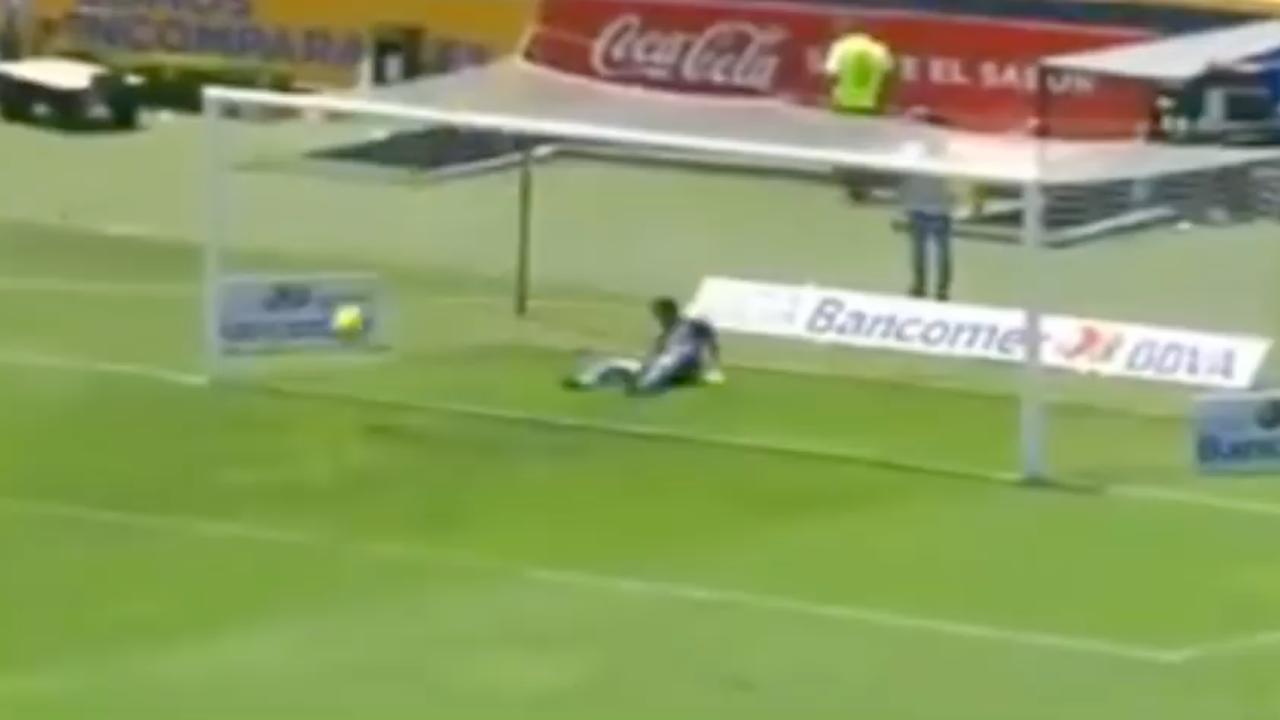 Mexicaanse doelman pijnlijk in de fout bij schot van 70 meter