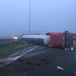 Gekantelde tankwagen met wijn zorgt voor veel vertraging op A2 bij Nieuwegein.
