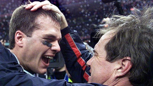 Tom Brady (links) en Bill Belichick na hun eerste Super Bowl-zege in 2002.