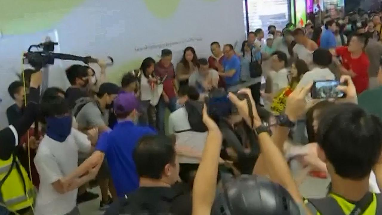 Pro- en anti-Chinese demonstranten raken slaags in Hongkong