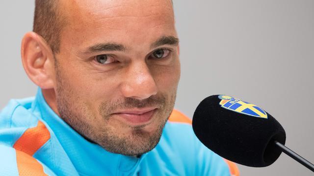 Wesley Sneijder deelt rake klappen uit!