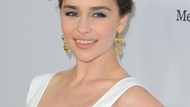 Emilia Clarke heeft alcohol nodig voorafgaand aan naaktshoot