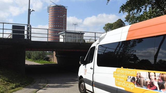 Chauffeur rijdt tegen brug Vrouwenweg na inschattingsfout