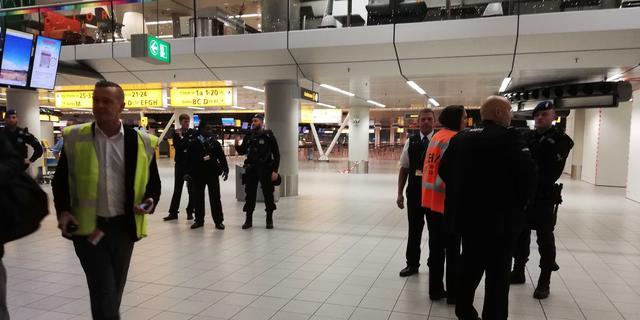 Canadees overmeesterd op Schiphol na bommelding, ontruiming voorbij
