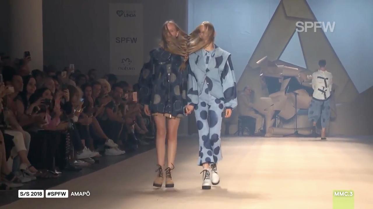 Braziliaanse modeontwerper vlecht haren modellen in elkaar