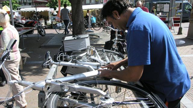 Gemeente graveert fietsen op Stationsplein