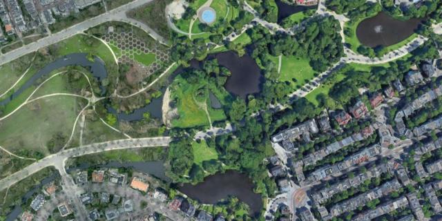 Waarschuwingsborden in Amsterdam om te herinneren aan afstandsrichtlijn