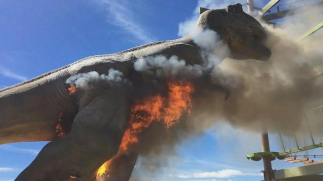Levensgrote T.rex robot gaat in vlammen op in themapark VS