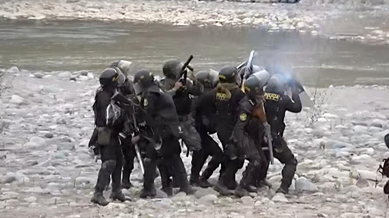 Oproerpolitie gebruikt traangas tegen mijndemonstranten in Peru