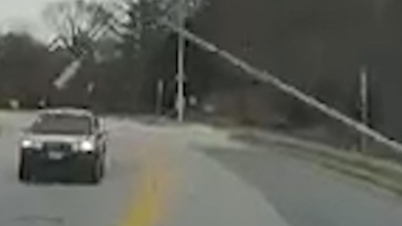 Lantaarnpaal valt bovenop rijdende auto in Maryland