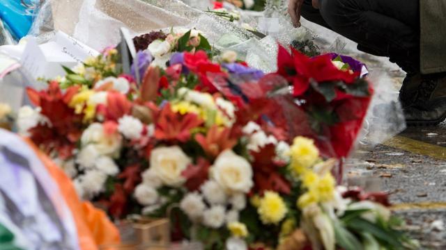 Bloemen op locatie fatale schietpartij Zuidoost