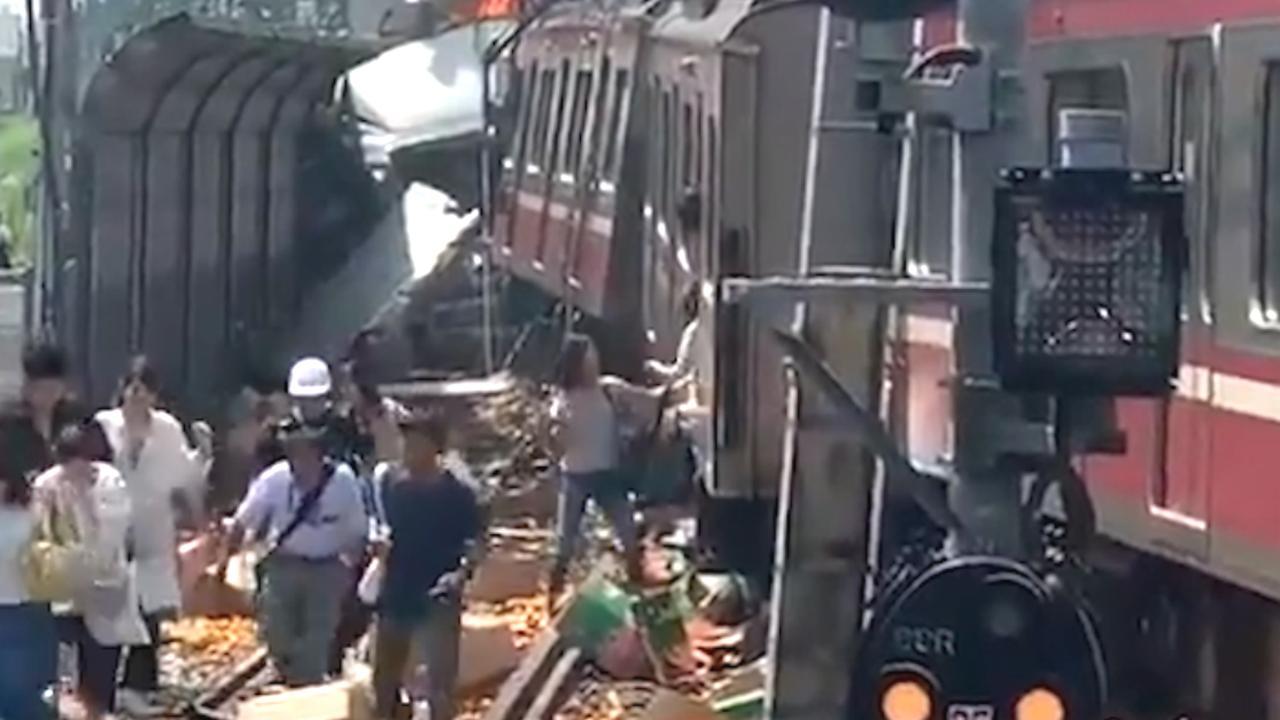 Passagiers verlaten ontspoorde trein in Japan