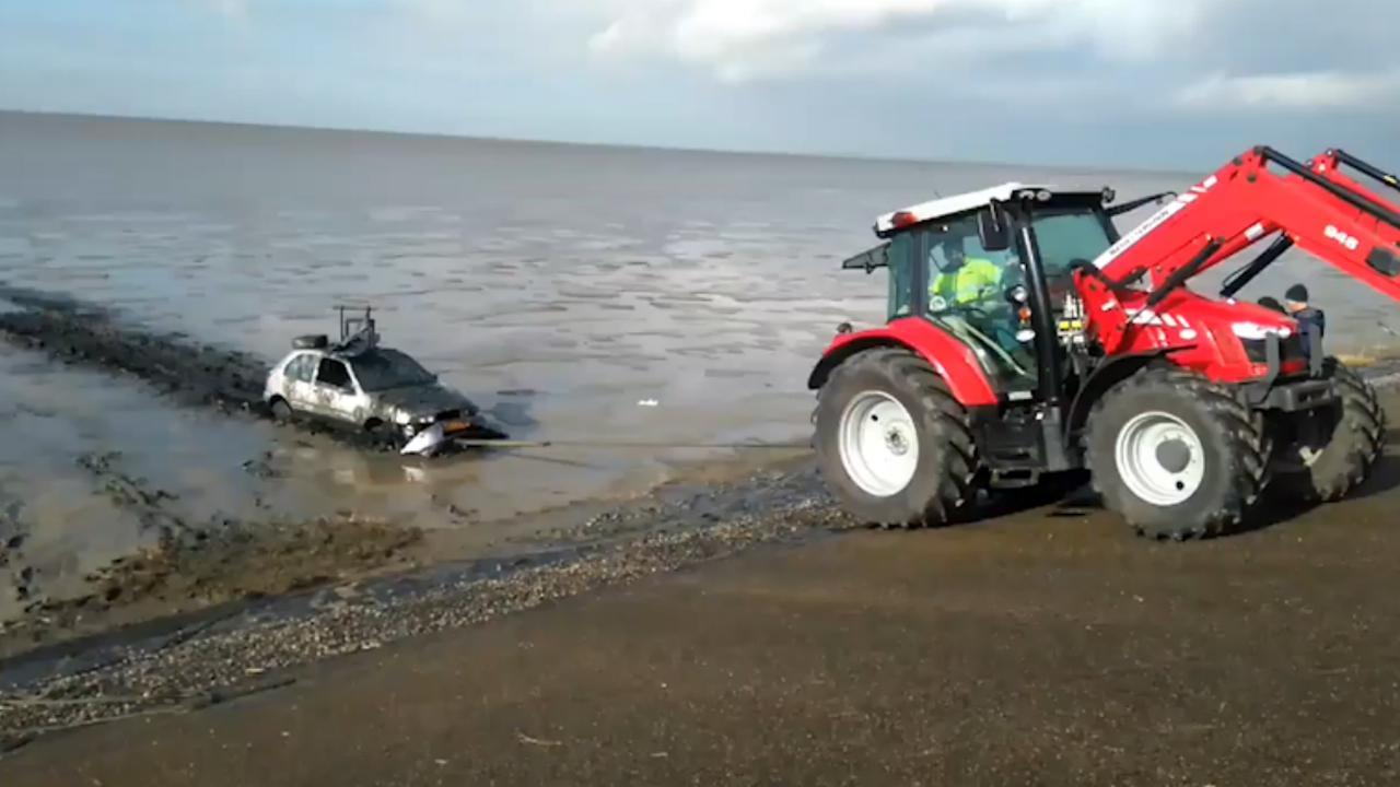 Tractor trekt achtergelaten auto uit Waddenzee