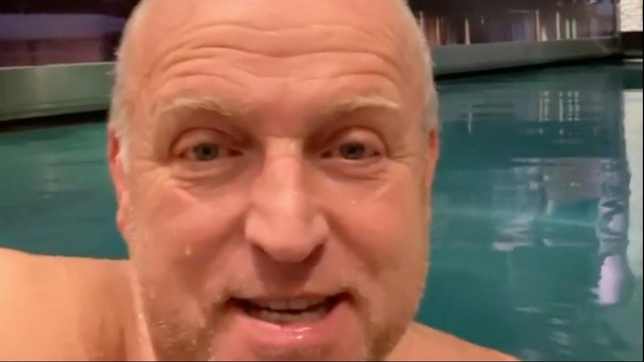 Gordon vertelt over verkoop huis vanuit zijn zwembad