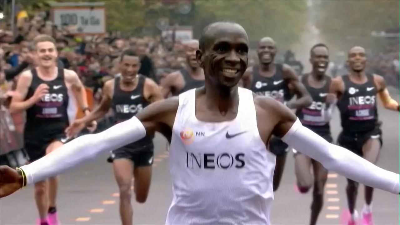 Kipchoge doorbreekt magische grens bij marathon in Wenen