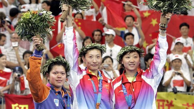 Mia Audina (rechts) in 2004 met olympisch zilver.