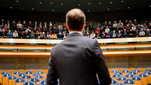 Debat gaswinning Groningen later begonnen vanwege file bezoekers