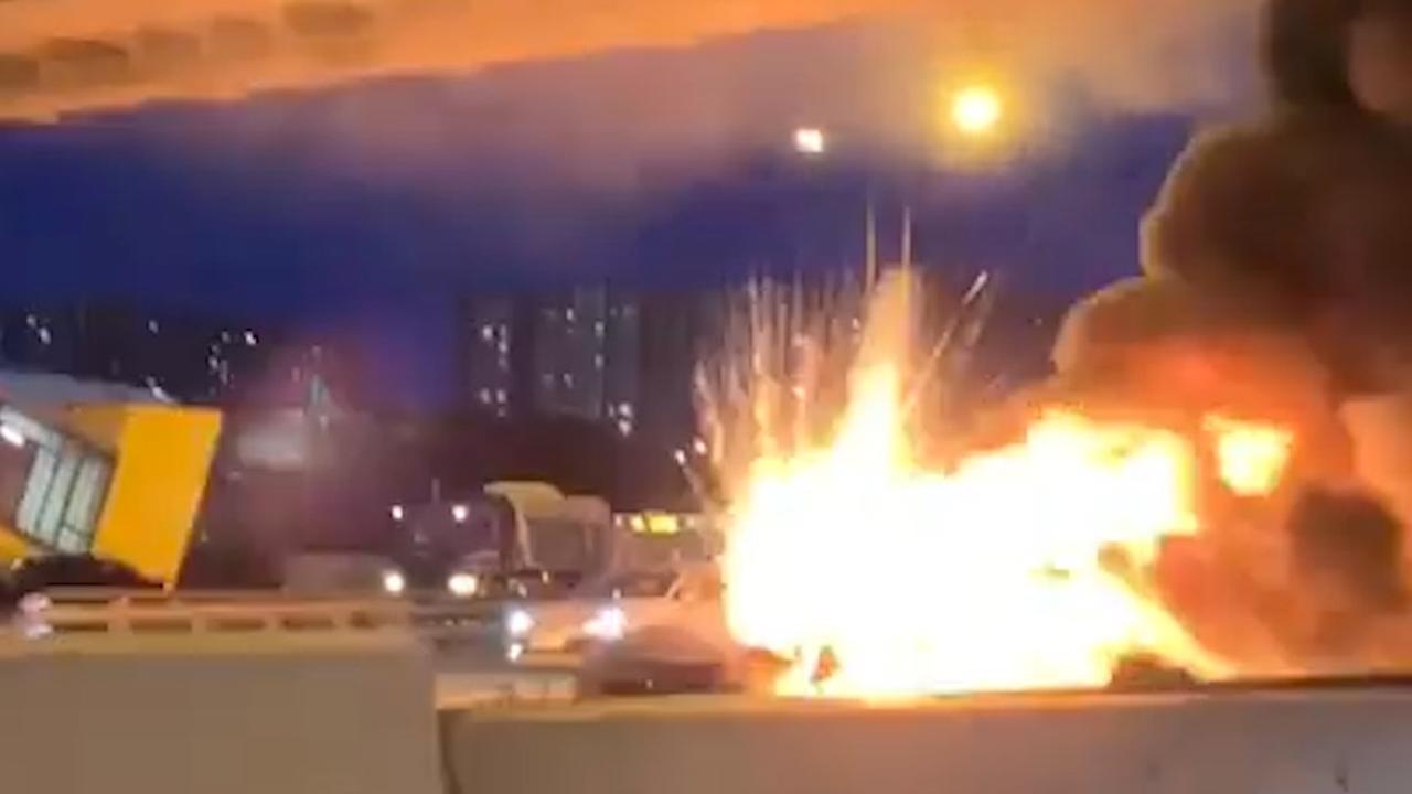 Tesla in Moskou ontploft na botsing met takelwagen