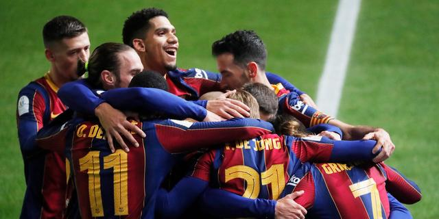 Barcelona na goal De Jong en bizarre penaltyreeks naar finale supercup