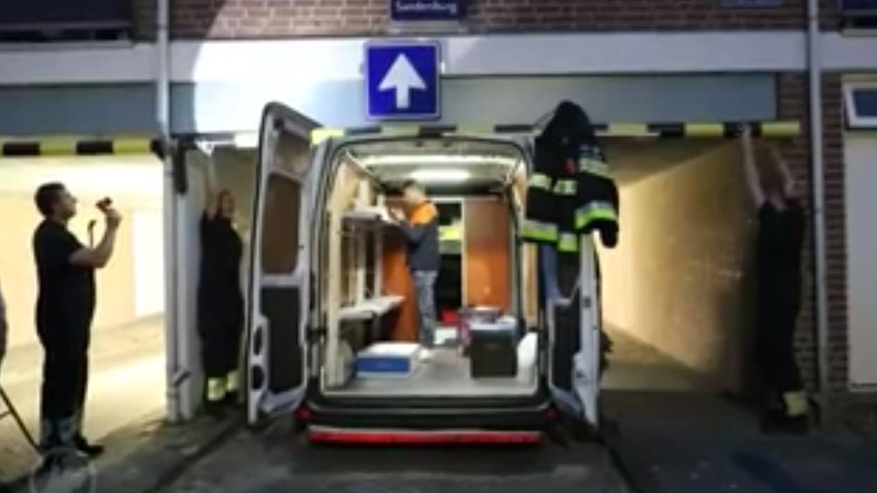 9d57b54a6eb218 Pakketbezorger met busje klem onder woning in Haarlem   NU - Het ...