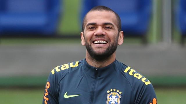 Dani Alves (36) keert terug naar Brazilië en tekent voor drie jaar bij São Paulo