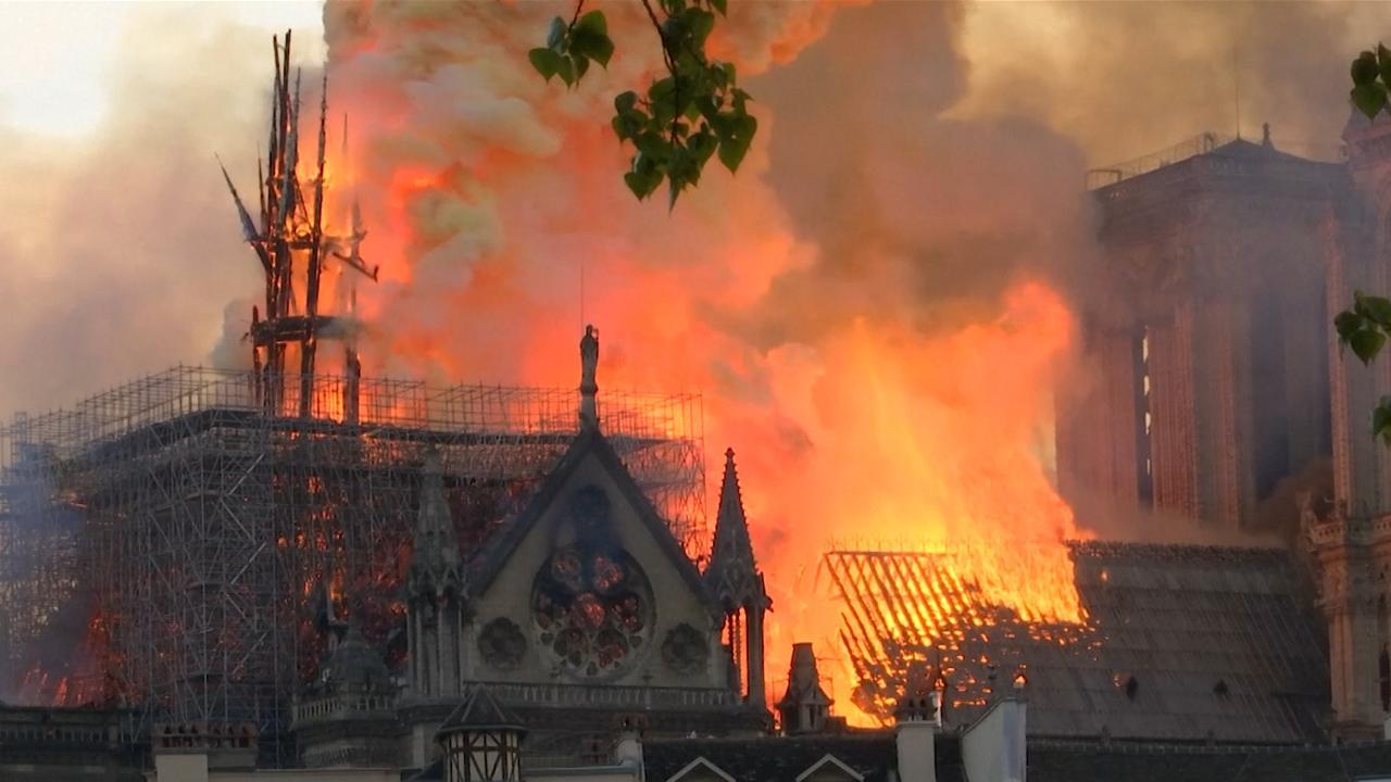 Van uur tot uur: De verwoestende brand in de Notre-Dame