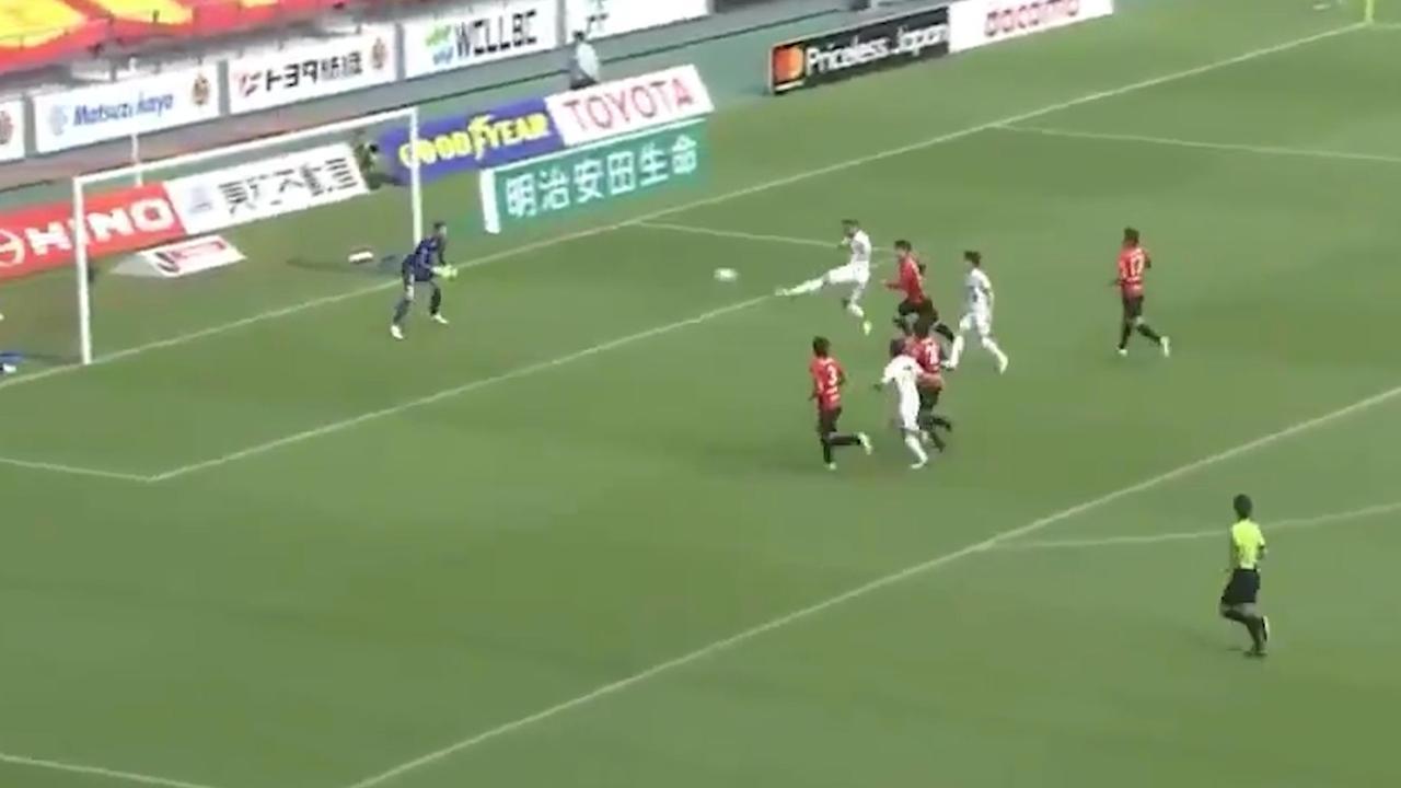 Podolski scoort in Japan met volley na fraaie voorzet Iniesta