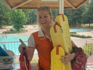 Lifeguard Lotte zorgt ervoor dat badgasten hele zomer veilig kunnen zwemmen
