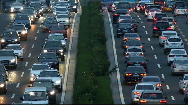 Lange file op de A20 richting Rotterdam-Crooswijk na autobrand